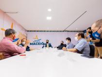 Prefeito JHC recebe clubes e discute retorno gradual de público aos jogos de futebol