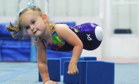 Criança que nasceu sem as pernas encanta com talento para ginástica olímpica