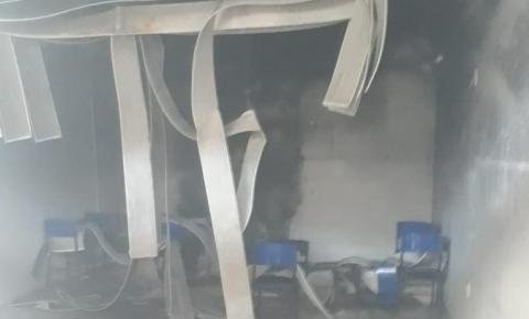 Bombeiros são chamados para apagar chamas em prédio de escola