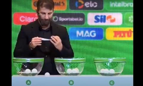"""VÍDEO: Vasco """"cai"""" da mão de apresentador no sorteio da Copa do Brasil e momento rende piadas na internet"""