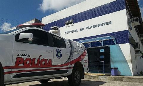 Dupla suspeita de roubar motorista de app capota com carro e é presa em Maceió