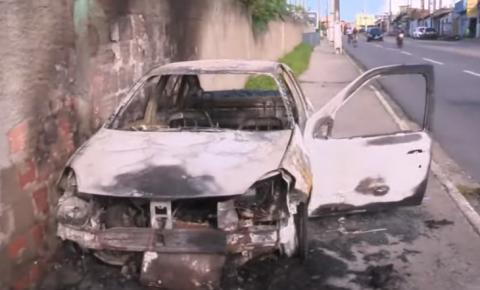 Carro fica destruído ao incendiar na Ladeira do Óleo; motorista é socorrido.