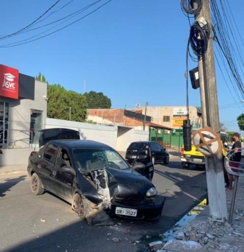 Carro fica destruído após motorista tentar desviar de moto em Arapiraca