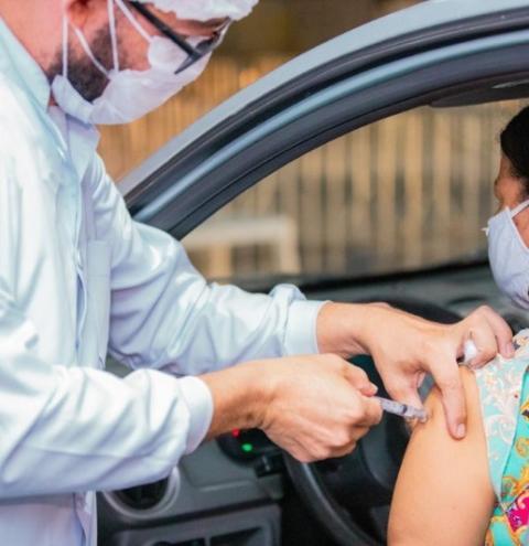 Prefeito JHC anuncia vacinação para pessoas de 49 e 48 anos; confira calendário